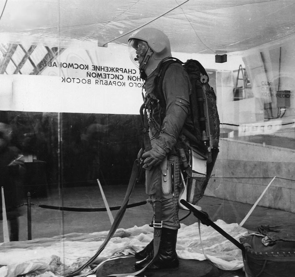 Another view of Vostok cosmonaut with parachute backpack PSPK-1 (photo from permanent exhibition of national economy achievemnets, Moscow, USSR). Not included with the item. Click to enlarge.